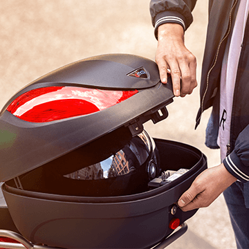 Simply add helmet or transport boxes to the delivery scooter